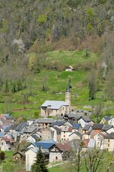 Kleines bergdorf in den französischen pyrenäen