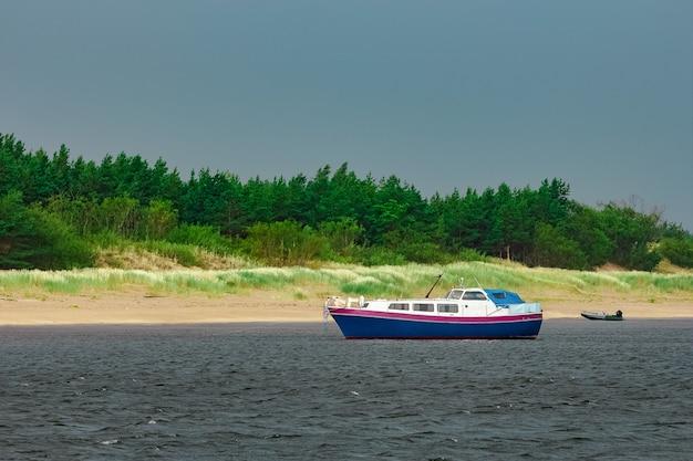 Kleines blaues passagierschiff machte an der ostseebucht fest