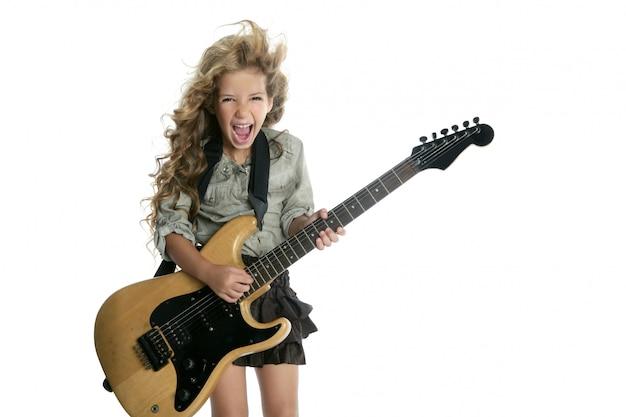 Kleines blondes mädchen, das hardcore der e-gitarre spielt