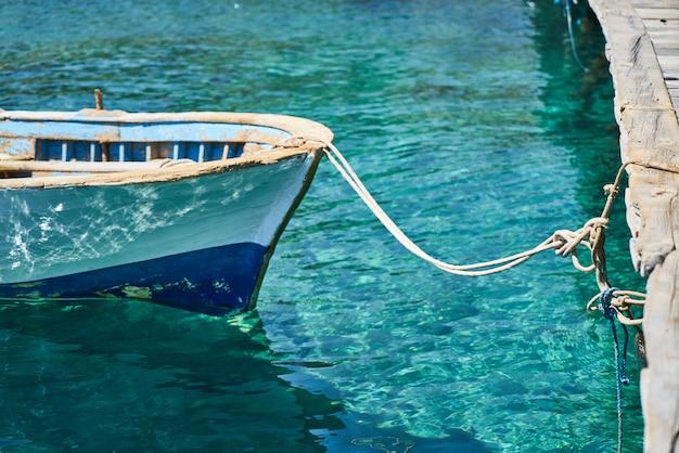 Kleines boot am anker durch seil