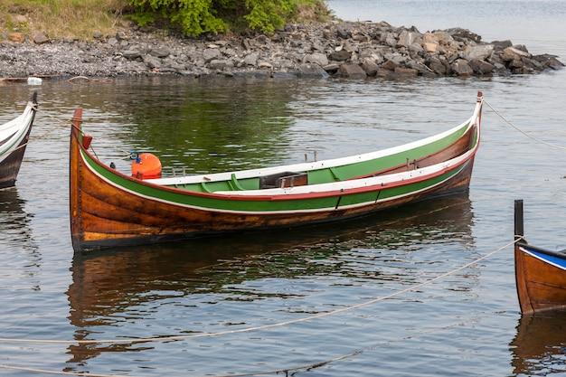 Kleines boot auf klarem wasser
