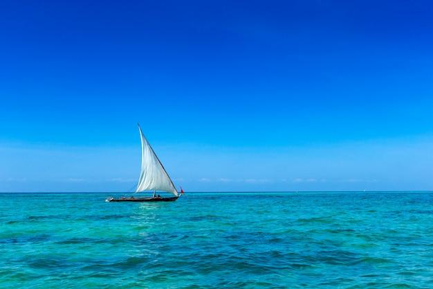 Kleines boot, das im meer segelt