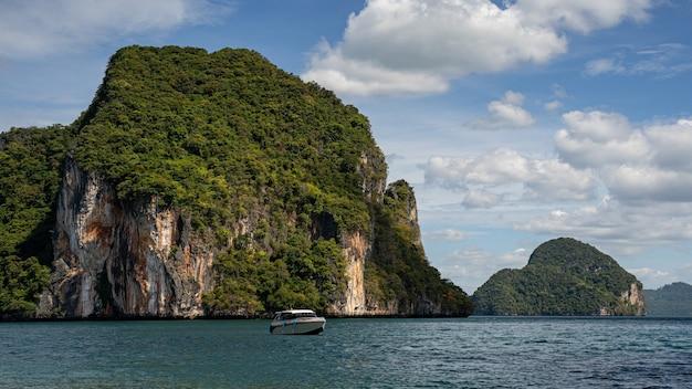 Kleines boot, das von der ruhigen lagune zurückschwimmt