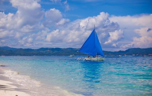 Kleines boot im offenen meer auf der insel boracay