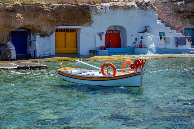 Kleines boot im traditionellen hafen in milos, griechenland