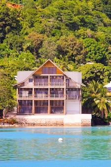 Kleines boutique-hotel im exotischen seychellen-resort