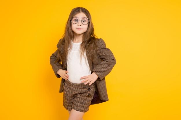 Kleines brunettemädchen im kostüm