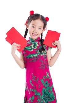 Kleines chinesisches mädchen im trachtenkleid der roten farbe