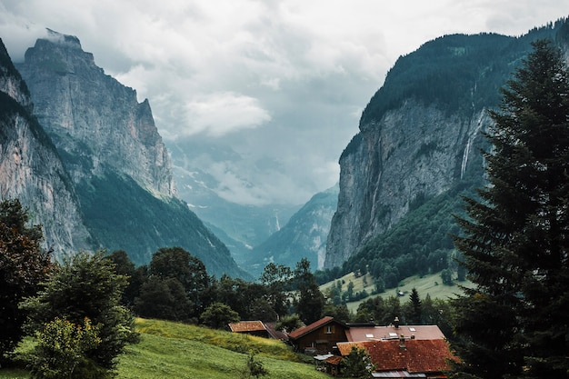 Kleines dorf in den schweizer alpenbergen holzhäuser chalet im lauterbrunnental schweiz