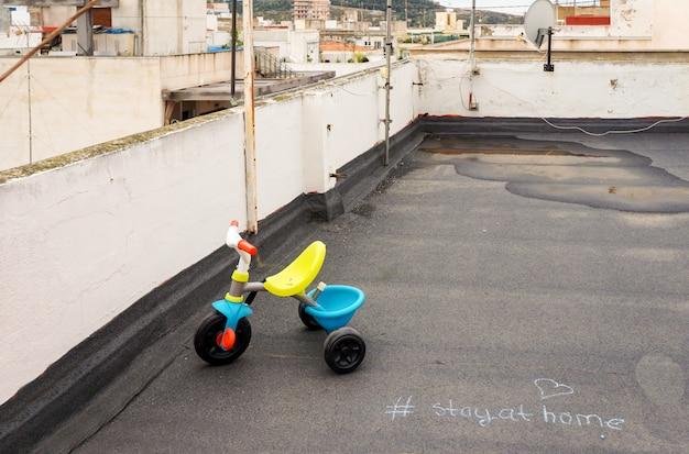Kleines dreirad auf dem dach des hauses