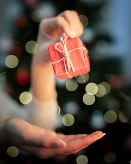 Kleines eingewickeltes geschenk der vorderansicht auf weihnachtszeit