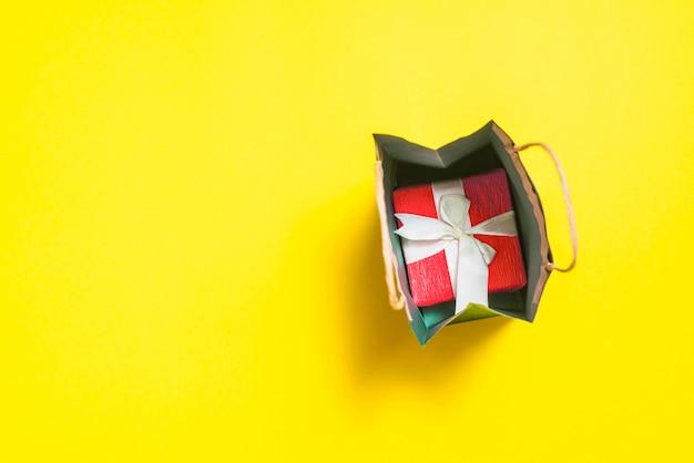 Kleines einkaufspaket mit geschenkbox