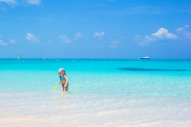 Kleines entzückendes mädchen am strand während der karibischen ferien