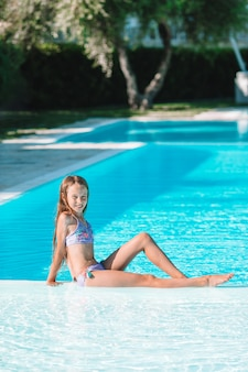 Kleines entzückendes mädchen swimmingpool im im freien