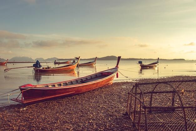 Kleines fischerboot, das morgens an der küste festmacht