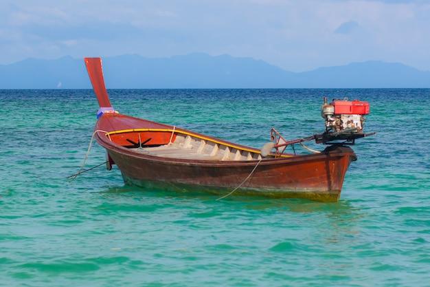 Kleines fischerboot im schönen meer