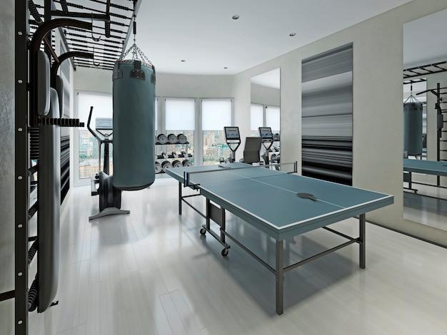 Kleines fitnessstudio mit sportgeräten in der wohnung
