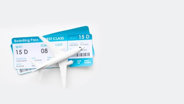 Kleines flugzeug mit tickets am tisch