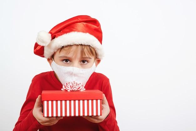 Kleines fröhliches weihnachtskind o