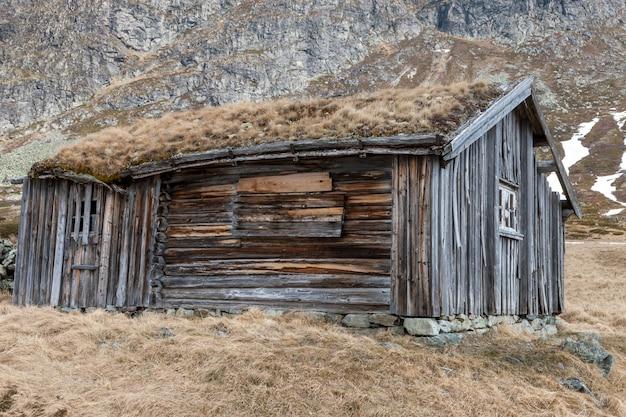 Kleines gebäude in norwegen berg.