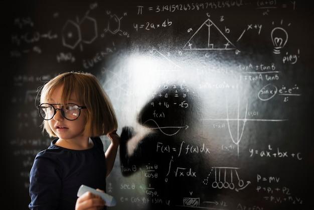 Kleines genie, das etwas wissenschaft aufstellt