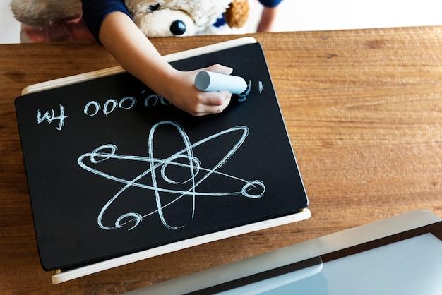 Kleines genie, das irgendeine wissenschaft ausbildet