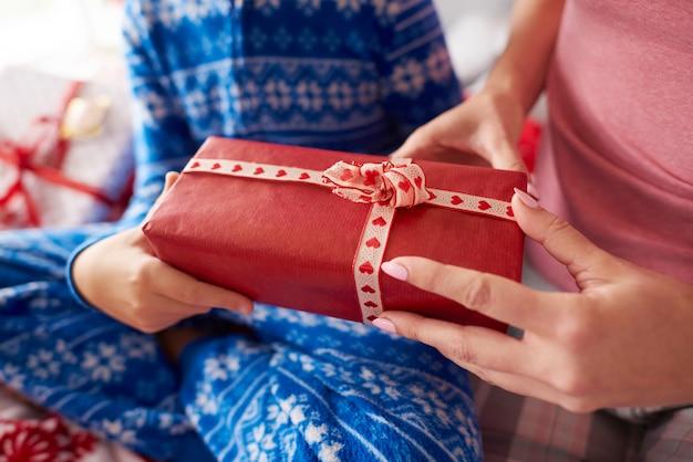 Kleines geschenk voller liebe in weihnachten