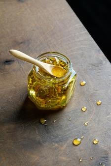 Kleines glas honig mit holzlöffel Premium Fotos