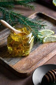 Kleines glas honig mit holzlöffel