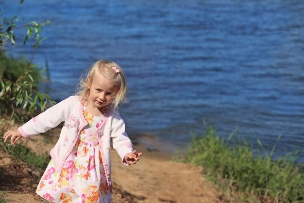 Kleines glückliches mädchen am strand