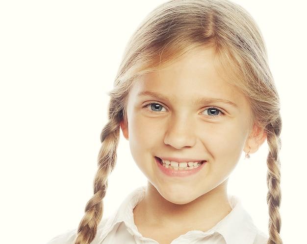 Kleines glückliches mädchen mit großem lächeln. bild für die zahnheilkunde.