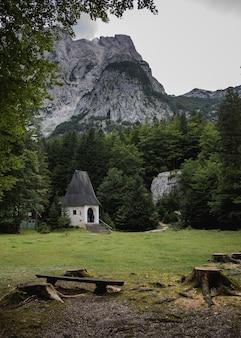 Kleines häuschen umgeben von grünen bäumen im vrata-tal, triglav-nationalpark