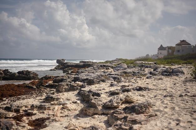 Kleines haus an einem der strände von isla mujeres in mexiko gebaut.