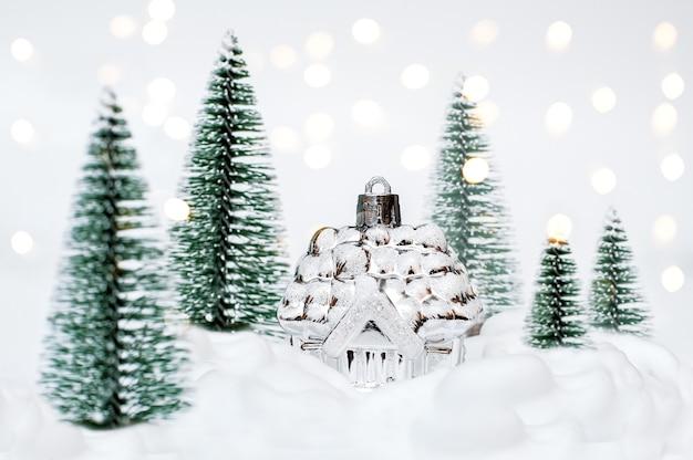 Kleines haus und weihnachtsbäume im schnee