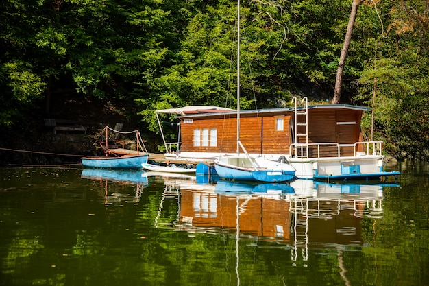 Kleines hausboot auf see slapy böhmen tschechien europa