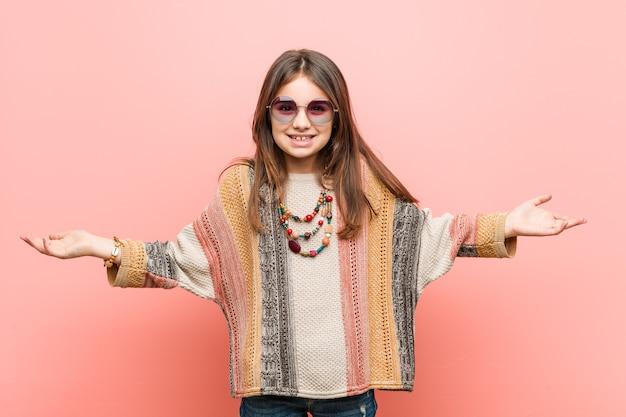 Kleines hippie-mädchen, das einen willkommenen ausdruck zeigt.