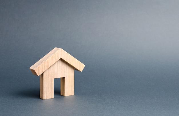 Kleines hölzernes wohnhaus auf grau
