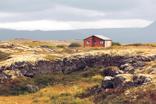 Kleines holzhaus in island landschaft