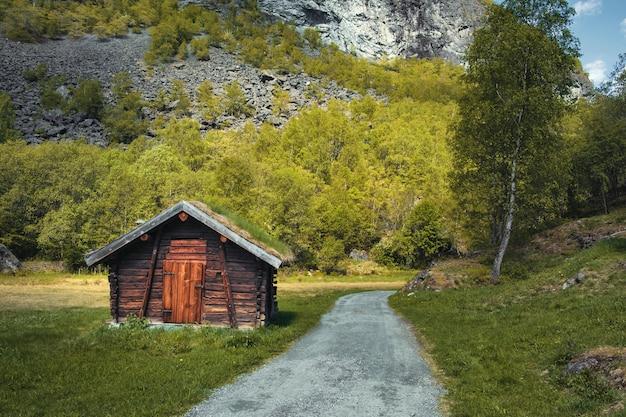 Kleines holzhaus mit einem irdenen dach mit gras und moos im wald im frühlingstag