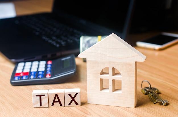 Kleines holzhaus und steuern auf dem desktop. steuern auf immobilien, zahlung.