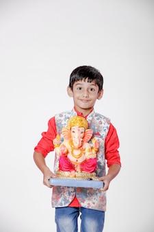 Kleines indisches kind mit lord ganesha