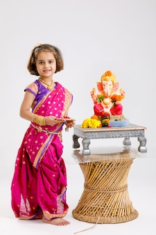 Kleines indisches mädchen mit lord ganesha, indisches ganesh festival