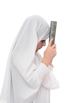 Kleines junges muslimisches mädchen mit koran