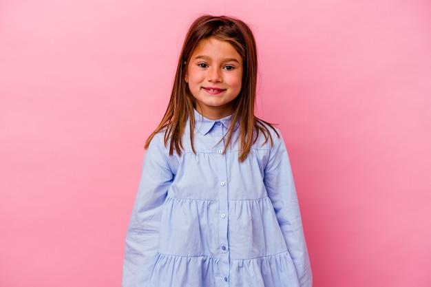 Kleines kaukasisches mädchen isoliert auf rosa hintergrund glücklich, lächelnd und fröhlich.