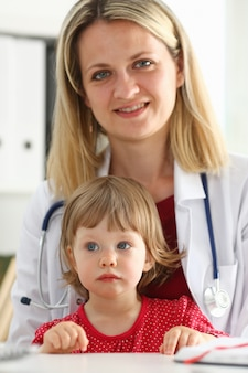 Kleines kind am kinderarztempfang.