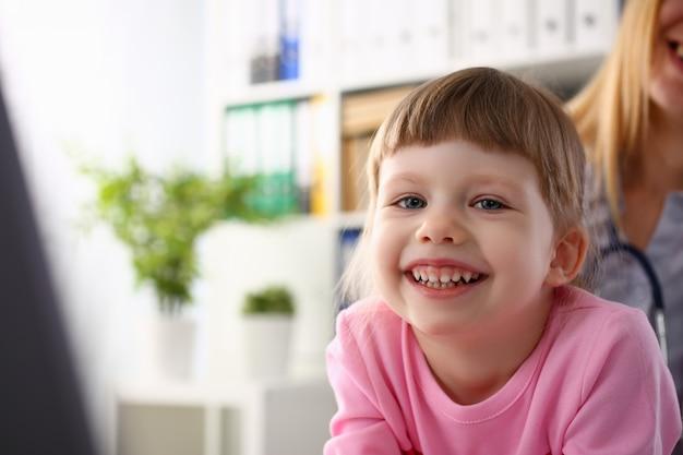Kleines kind am kinderarztempfang