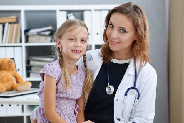 Kleines kind an der kinderarztrezeption