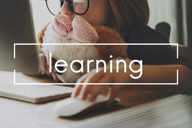 Kleines kind auf online-lernen, das puppe hält