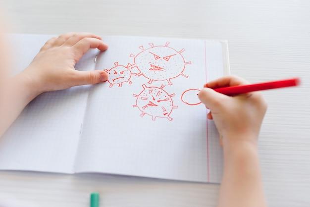 Kleines kind, das ein coronavirus zeichnet