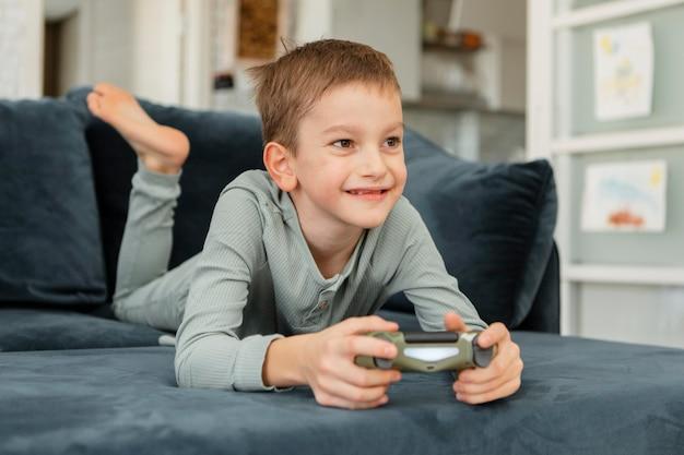 Kleines kind, das mit einem controller spielt